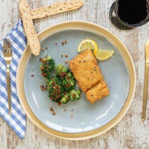 merluza empanada con brocoli al ajillo arriba
